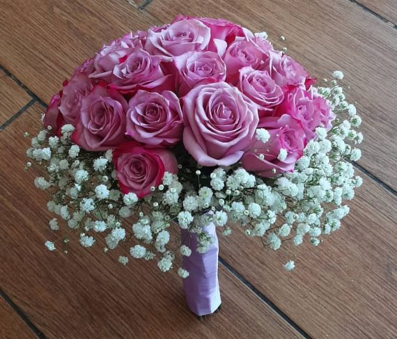 مسكة عروس من الورد الجوري الوردي تعكس التفاؤل العميق والفرح بالحياة..